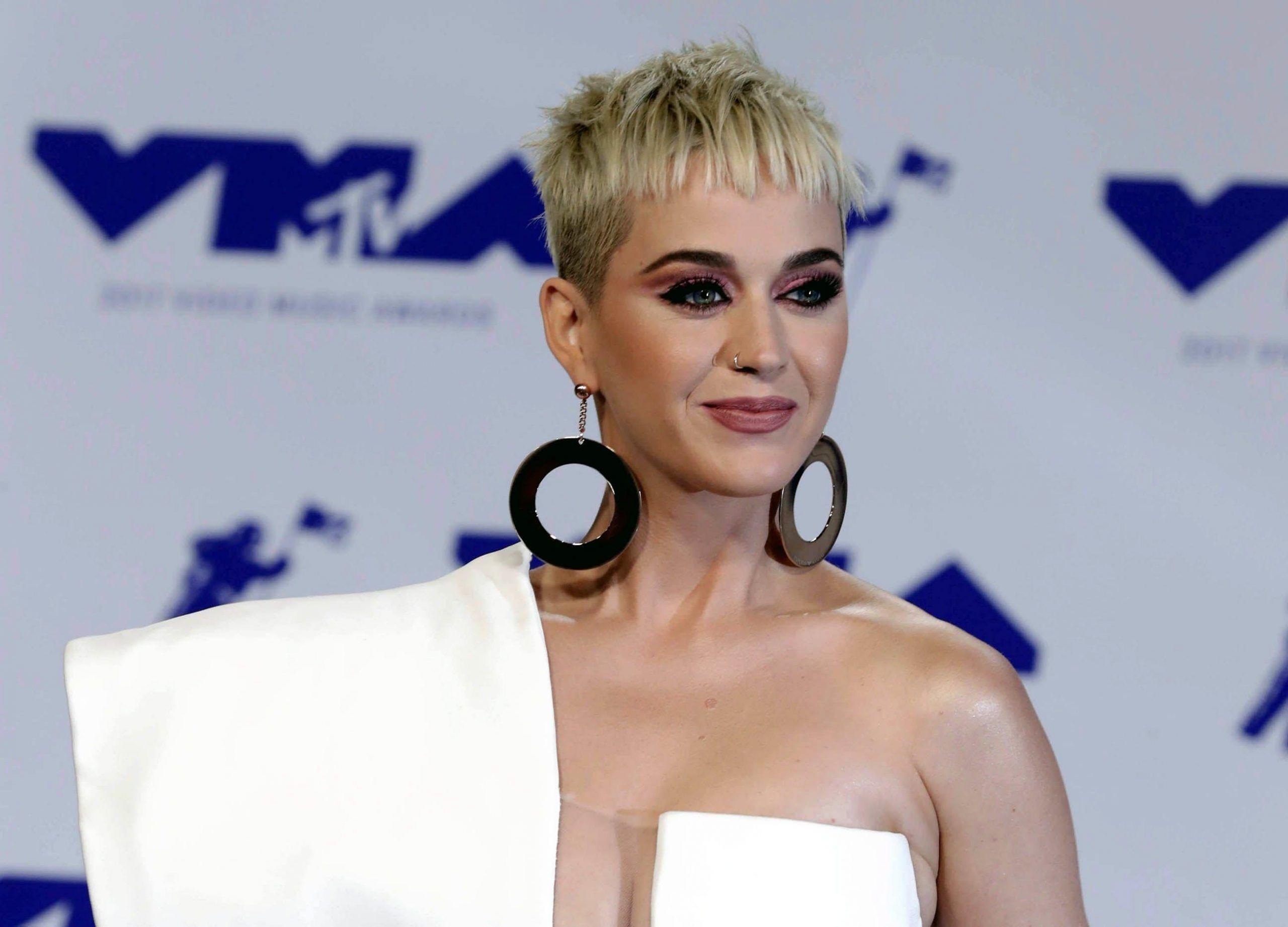 Katy Perry critica Meghan Markle per il suo abito da sposa: 'Ha vinto Kate Middleton'