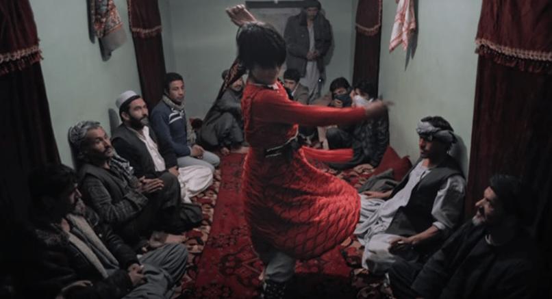 Bacha bazi: i bambini danzanti vestiti da donna che vengono abusati dai potenti in Afghanistan