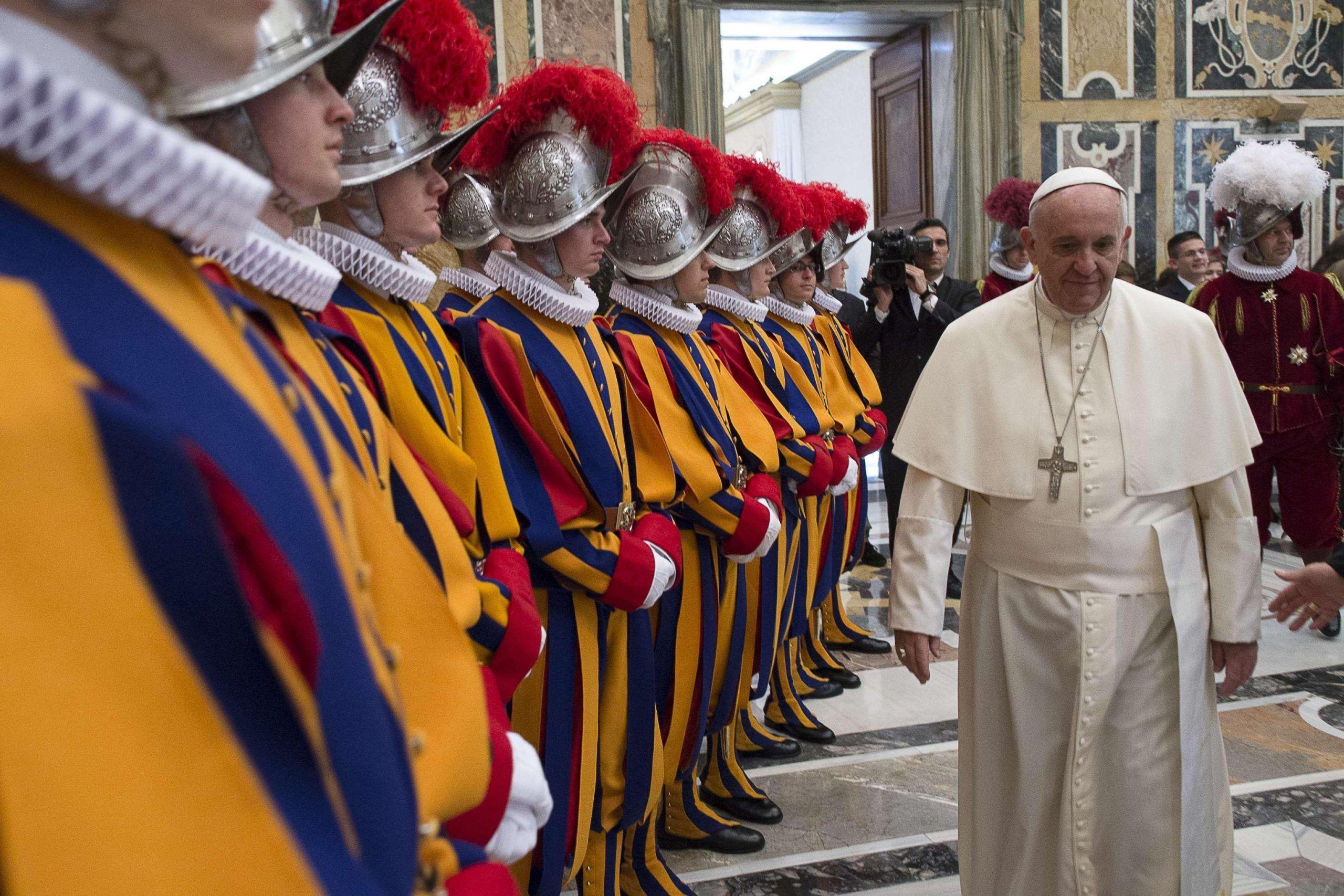 Papa: Guardie svizzere, minacce? Lo proteggiamo da 500 anni