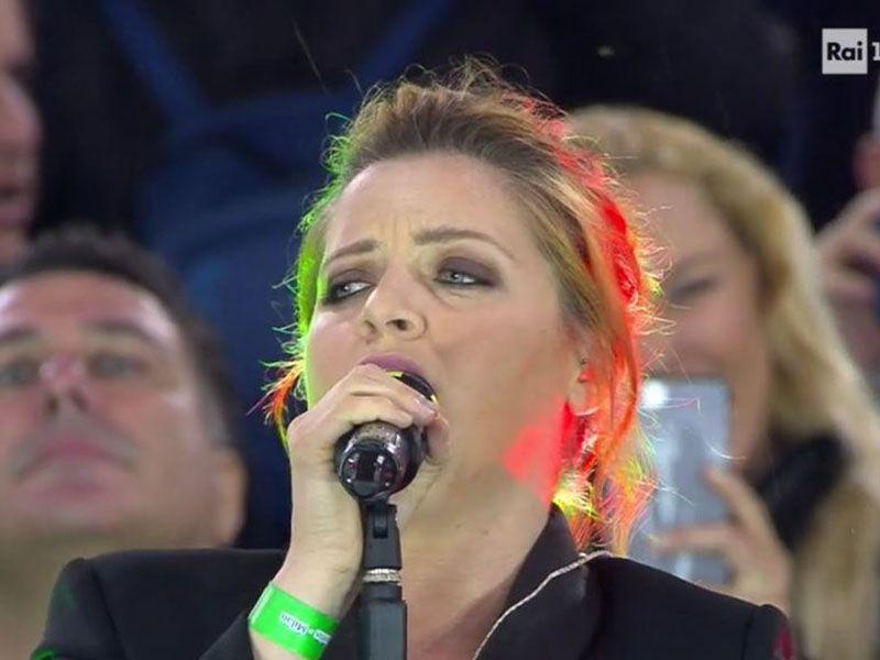 Noemi canta l'Inno di Mameli