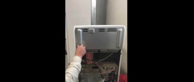 Chiamano l'elettricista per il forno guasto e scoprono che dentro c'è un serpente velenoso