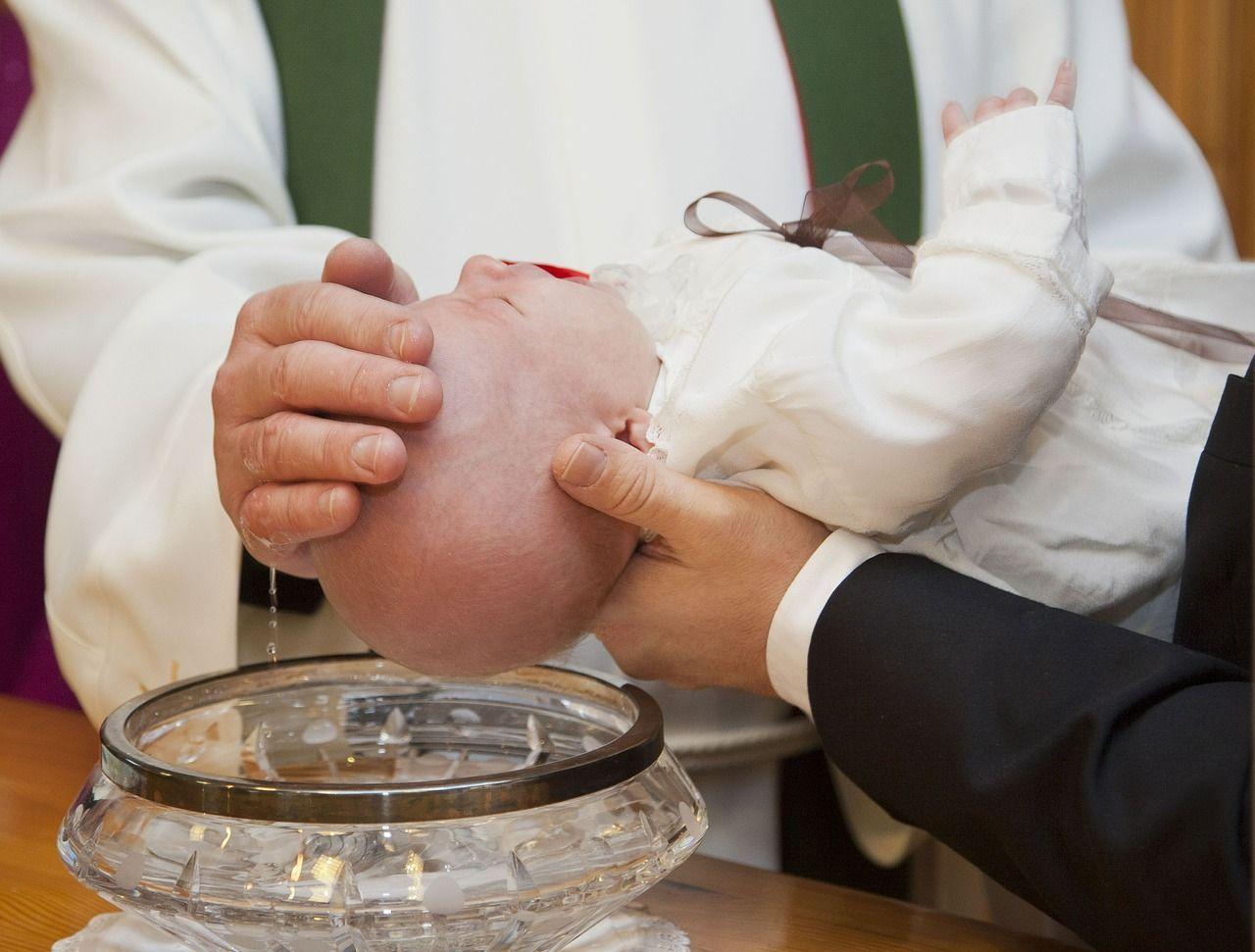 Battesimo il bambino piange in Chiesa e il prete gli dà uno schiaffo