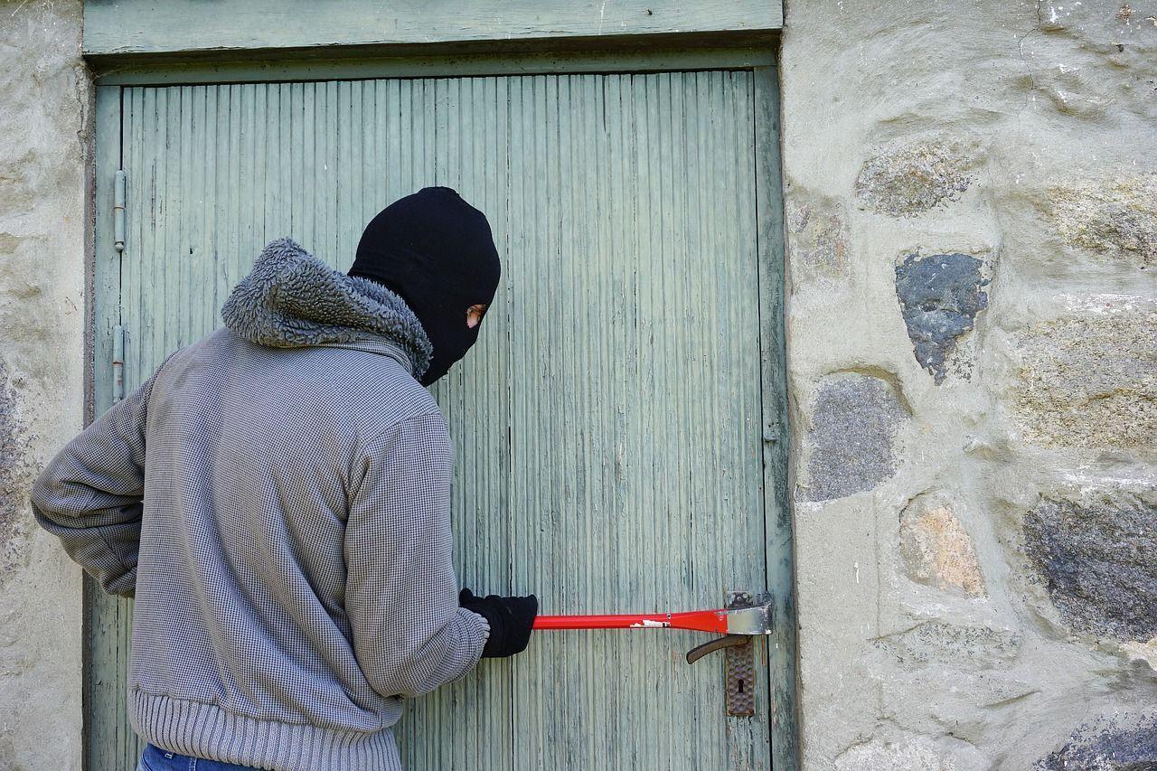 Modena mette in fuga i ladri aprendo loro la porta di casa