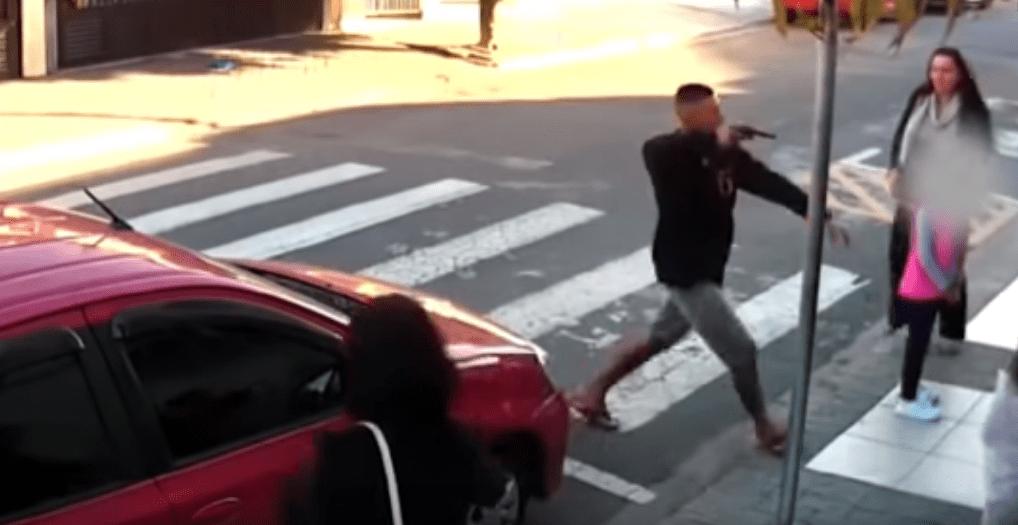 Mamma poliziotto fuori servizio uccide rapinatore davanti alla scuola: premiata