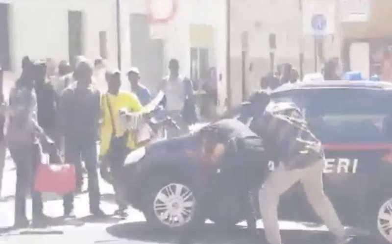 pisa migrante carabiniere