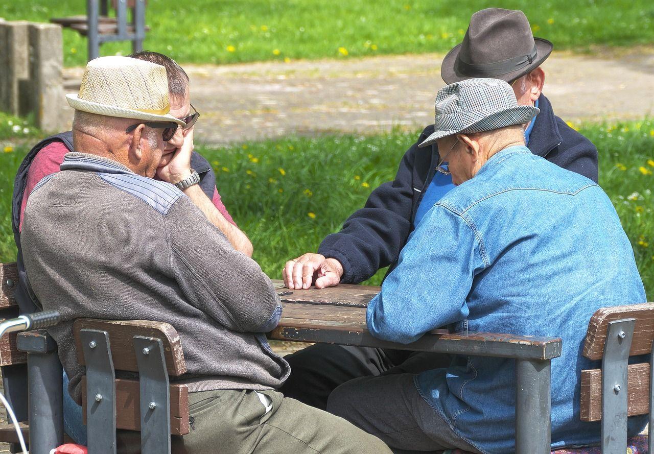 Roma anziani forzano i lucchetti e occupano il loro centro di ritrovo chiuso per inagibilità
