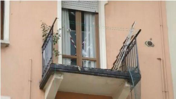 Si affaccia dal balcone e muore donna si dimentica della ringhiera mancante e precipita