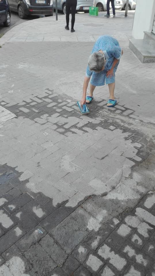 nonna aggiusta il marciapiedi a palermo