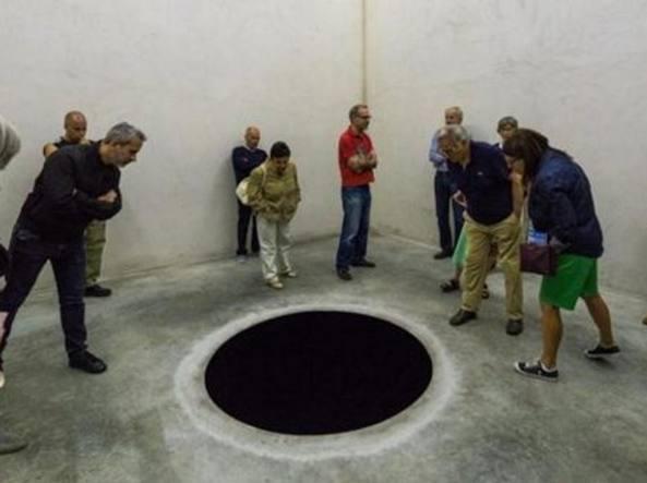 Portogallo, turista italiano cade dentro un'opera d'arte di Anish Kapoor