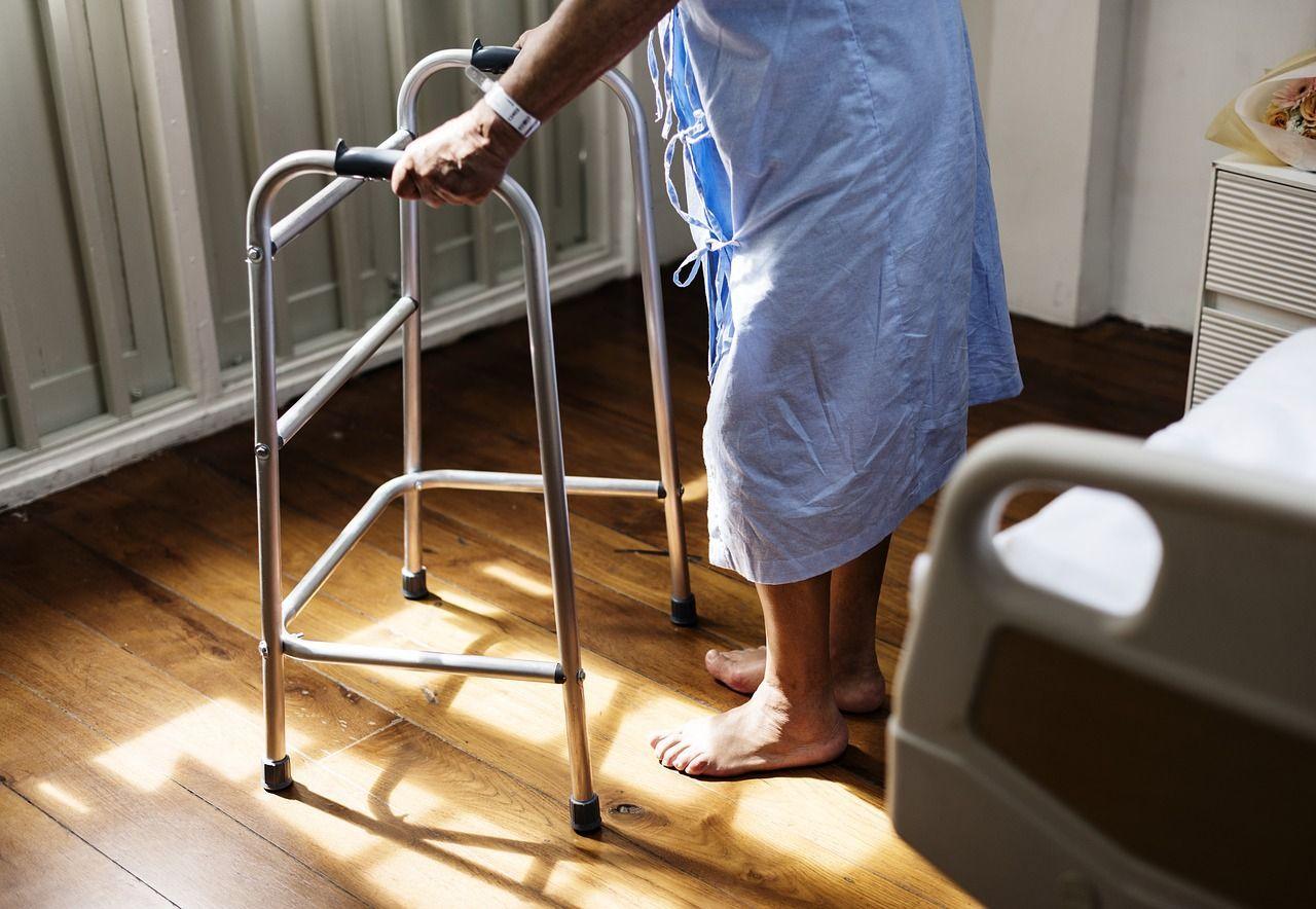 Contrae un batterio mangiacarne dopo un intervento: ottiene un risarcimento record, ma la sua vita è distrutta