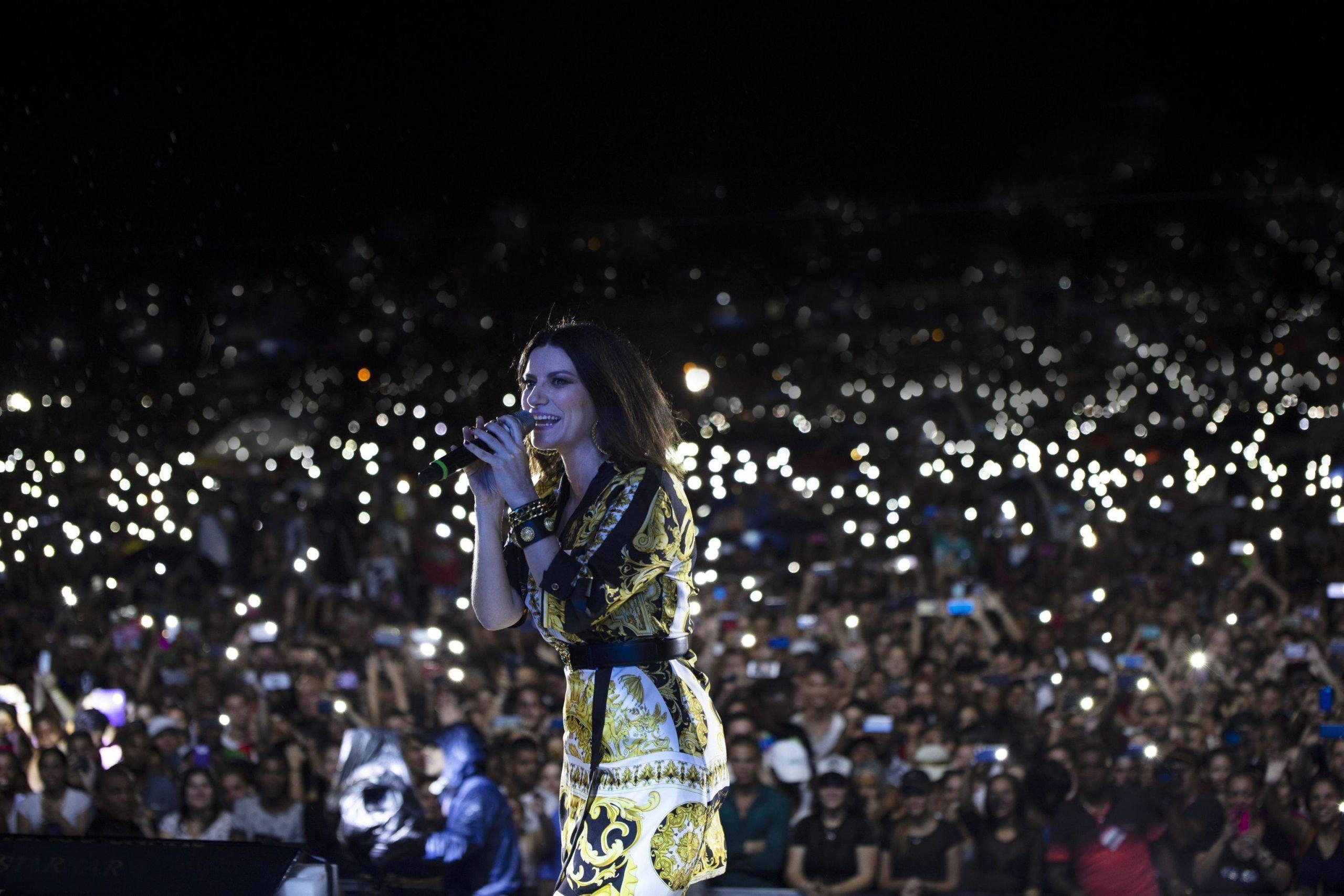 Laura Pausini canta 'tr**ia' durante il concerto a Milano