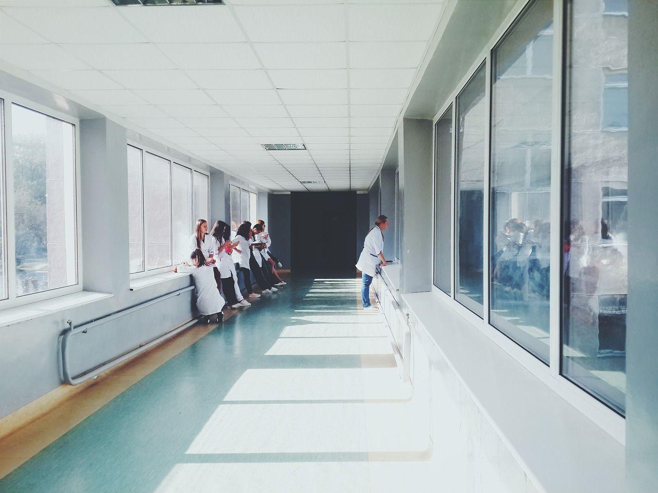 Tragedia in ospedale a Forlì: 77enne perde la moglie e si butta dal settimo piano
