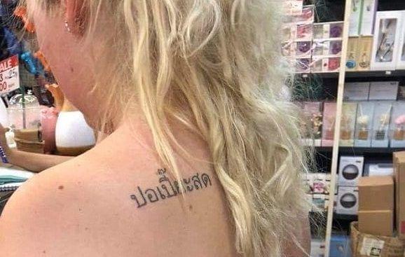 Tatuaggi thailandesi con frasi assurde, ecco cosa veniva scritto sulla pelle dei turisti