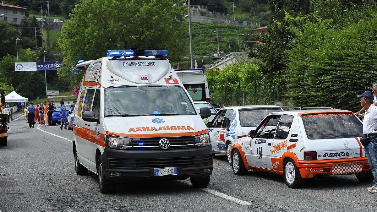 81enne ha un infarto mentre guida: si schianta contro la vetrina di un negozio e muore