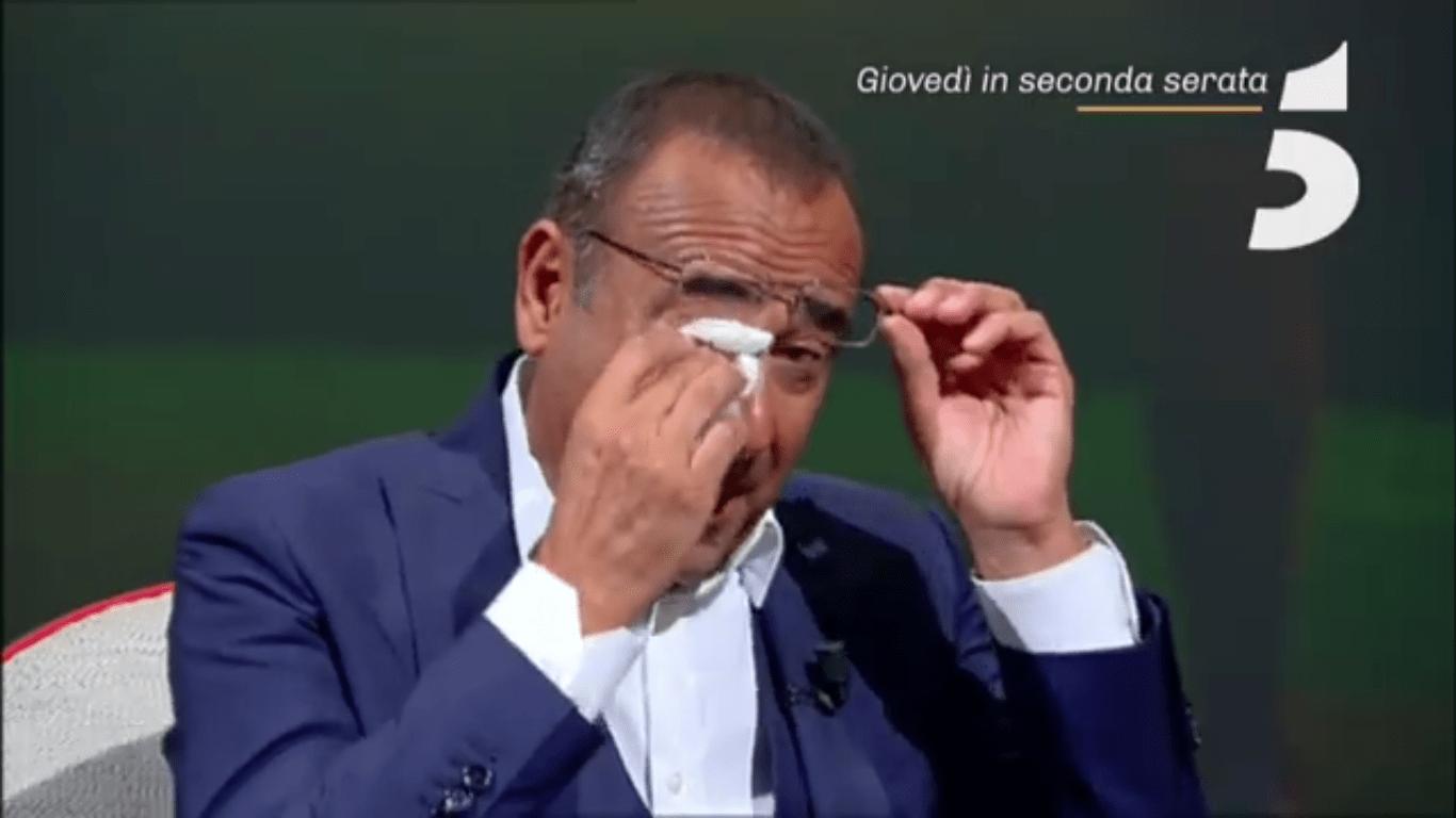 Carlo Conti, il conduttore in lacrime da Maurizio Costanzo: 'Sono cresciuto solo con la mamma'