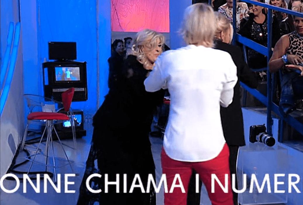 Uomini e Donne, rissa tra Gemma e Tina e interviene Maria De Filippi