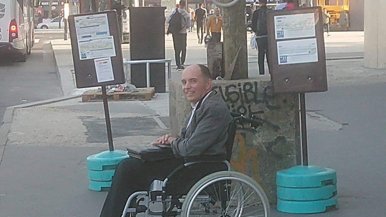 Non fanno accedere il disabile sul bus: l'autista butta fuori tutti e fa salire solo lui