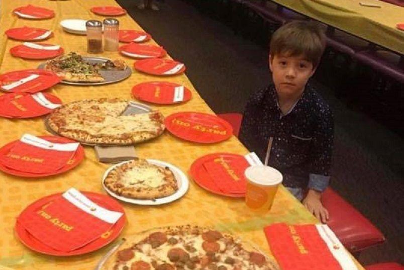 Mamma posta la foto del figlio triste alla festa di compleanno: ecco cosa è successo