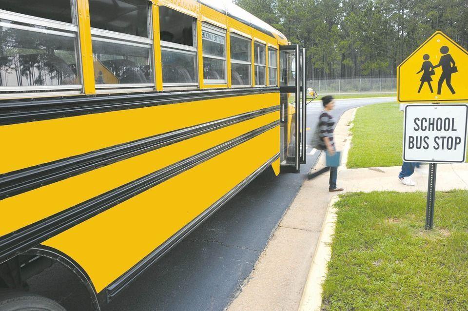Ha il primo ciclo sul bus, un coetaneo sconosciuto la salva dall'imbarazzo