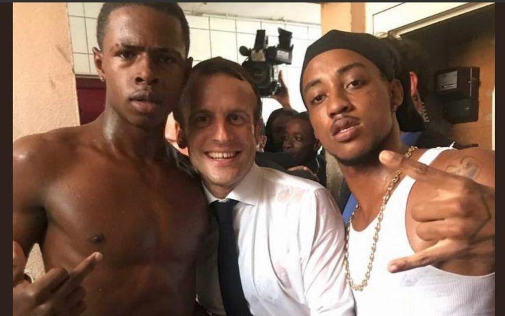 macron in mezzo a due ragazzi neri