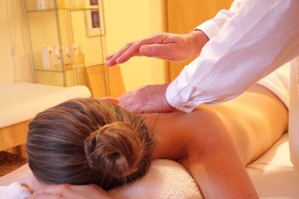 Va al centro olistico per un massaggio, ipnotizzata si risveglia con un vibratore