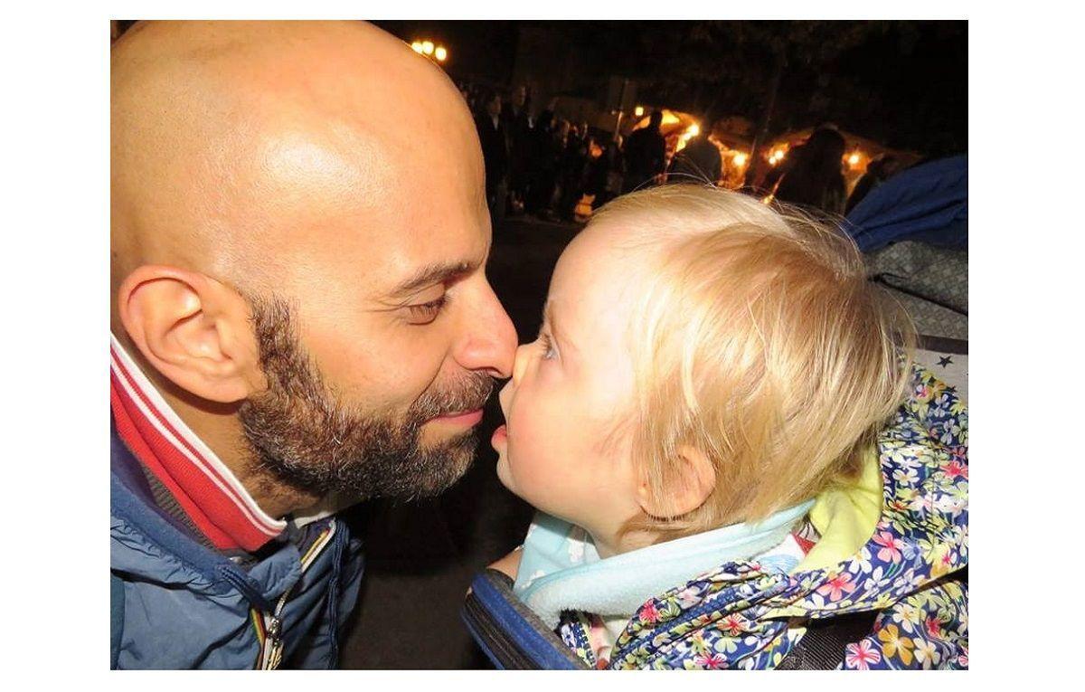 Padre single adotta una bimba down rifiutata da sette famiglie: la storia di Luca