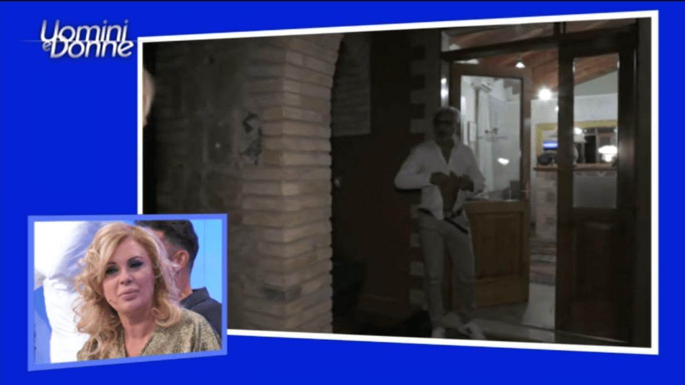 Uomini e Donne, è polemica:  Rocco si spoglia davanti a Gemma e il pubblico protesta