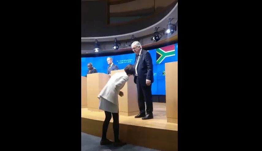 Jean Claude Juncker al summit con due scarpe di colore diverso?