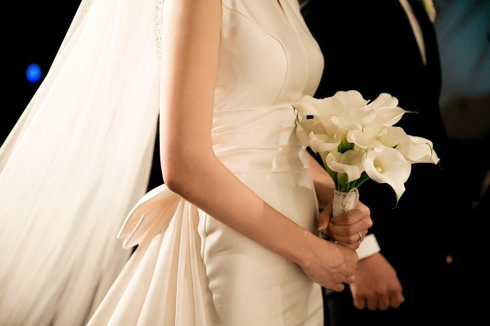 Sposa mostra sull'altare le prove del tradimento del fidanzato