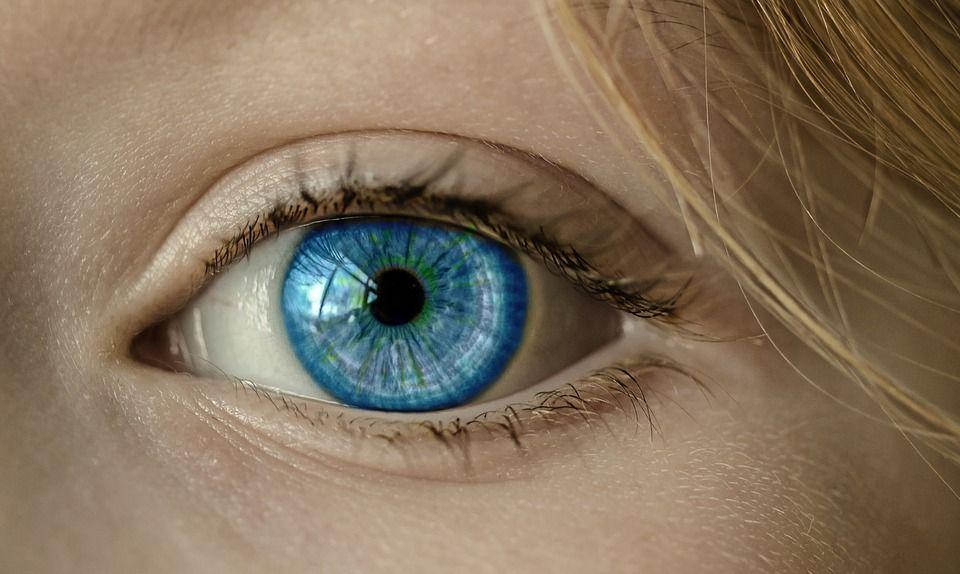 Perde la vista dopo un bagno in piscina: indossava le lenti a contatto