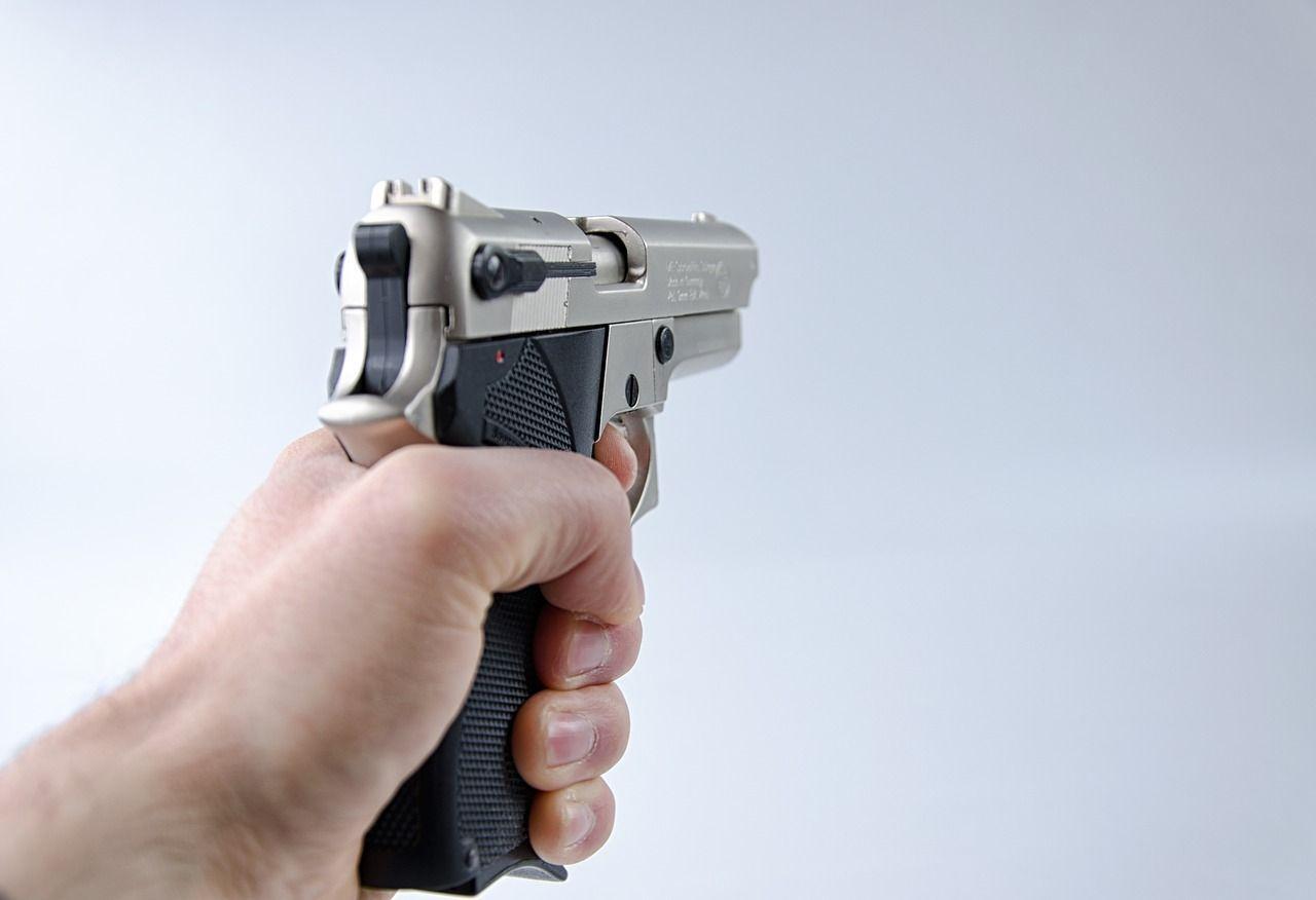 Spara al ladro e lo uccide: dormiva nel negozio per i troppi furti subìti