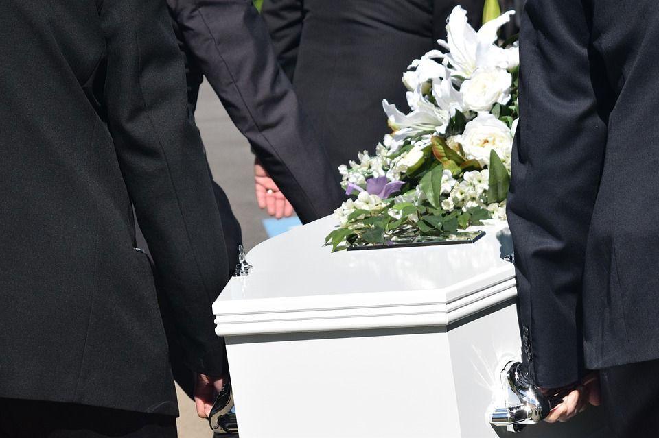 Irrompe nella casa funeraria e stupra un cadavere: arrestato 23enne