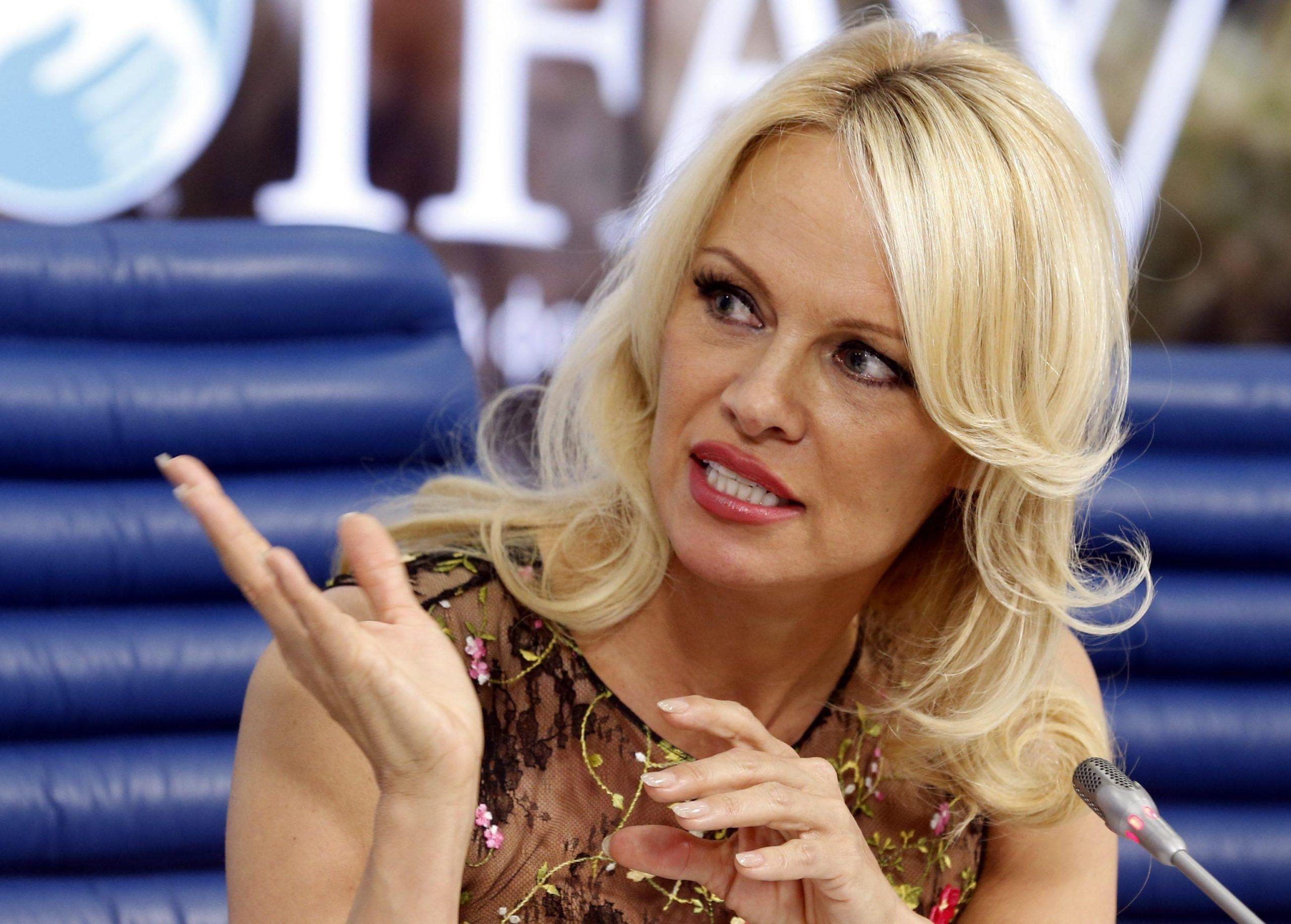 Pamela Anderson ha la ricetta per uscire dalla crisi e bacchetta Salvini (e Macron)