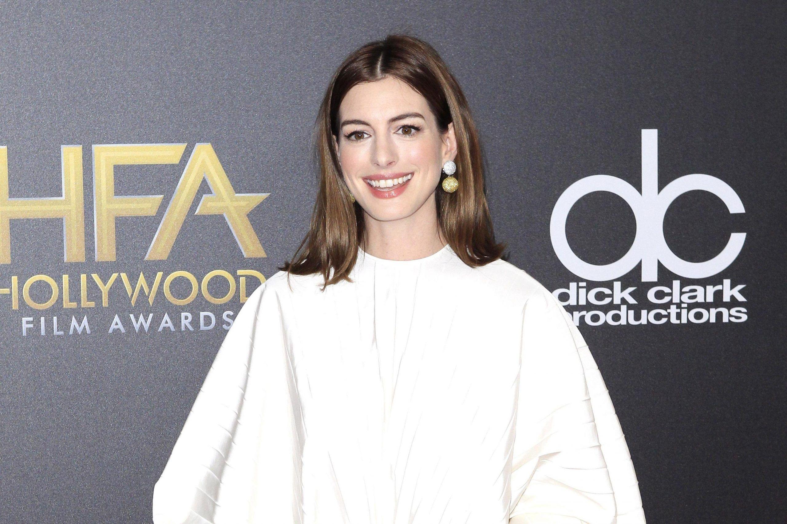 Anne Hathaway: 'Non berrò fino alla maggiore età di mio figlio'