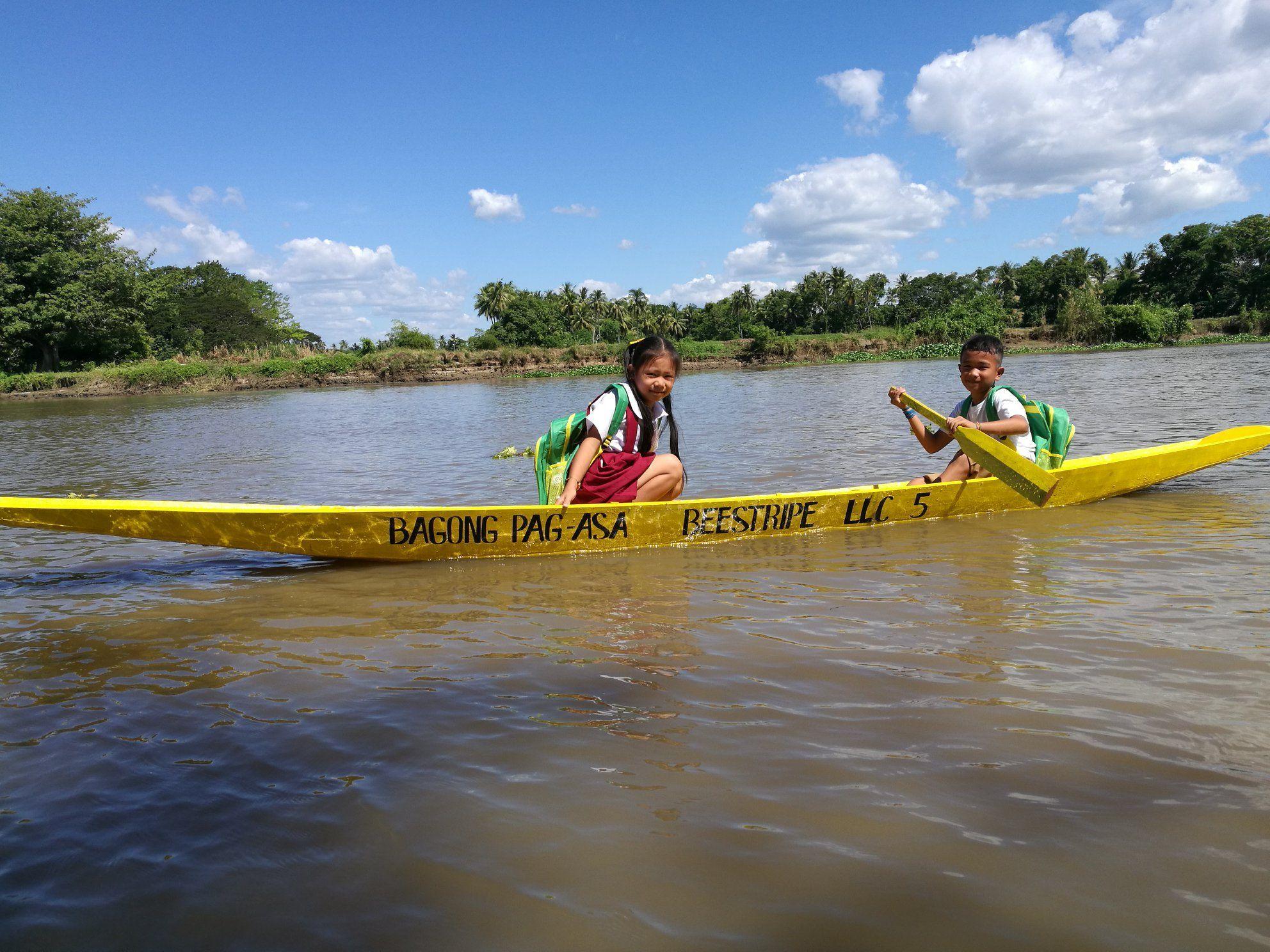 Una barca per andare a scuola: così i social aiutano i bimbi delle Filippine a studiare