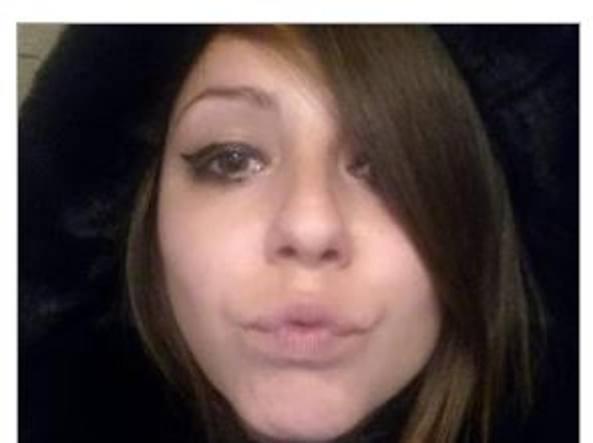 Roxana scompare da casa e viene trovata morta in auto con una siringa