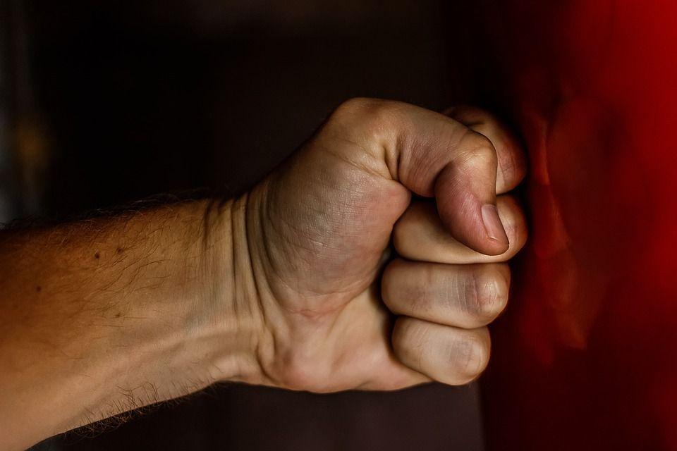 Torino: picchia la moglie per anni, il figlio lo fa arrestare