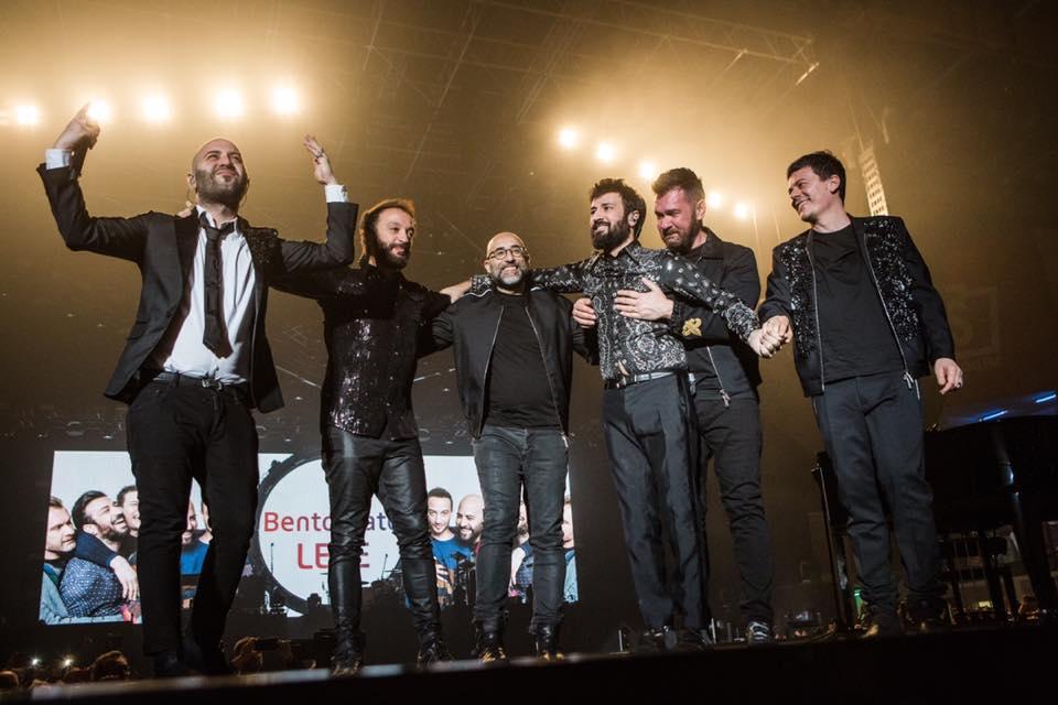 Negramaro, Lele Spedicato a sorpresa sul palco di Rimini: l'ovazione dei fan