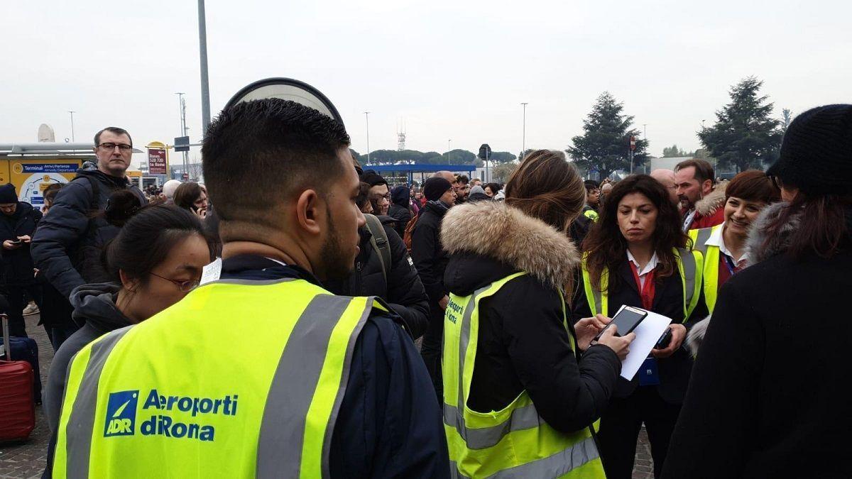 Roma, Ciampino scalo evacuato: presenza di fumo sospetto