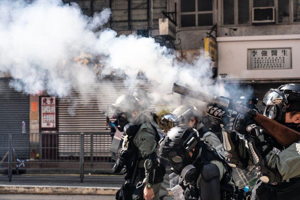 Hong Kong, polizia spara manifestanti