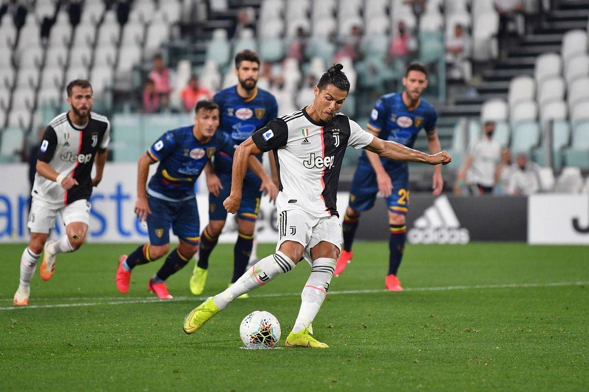 Cristiano Ronaldo segna il rigore del 2-0 contro il Lecce