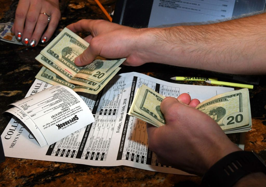 mani che maneggiano soldi