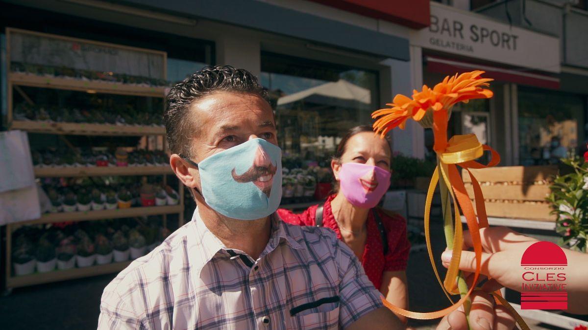 Borgo di Cles Val di Non, persona con una mascherina sorridente