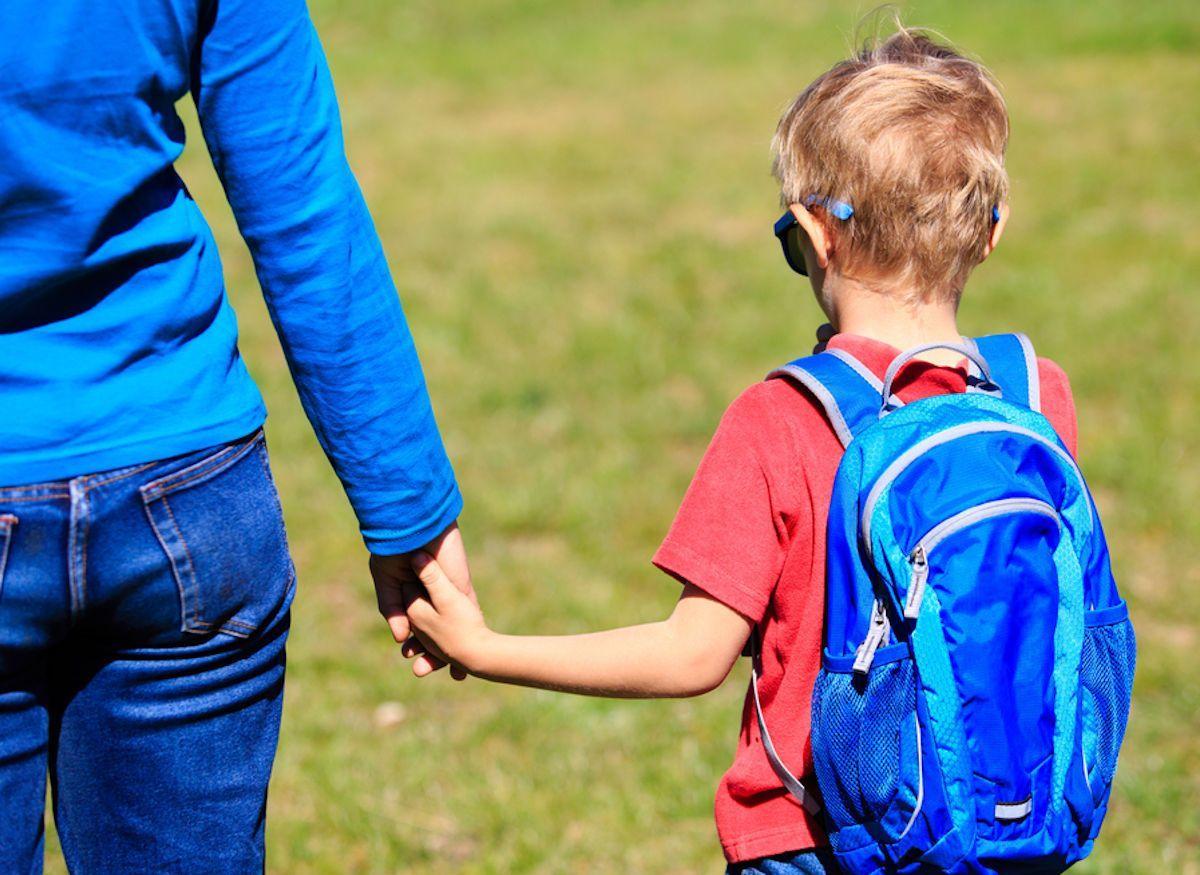 Rientro scuola 2020: bambino con la mamma per mano