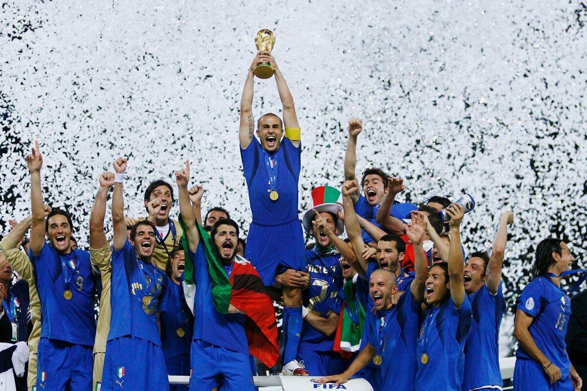 Cannavaro alza la Coppa del Mondo