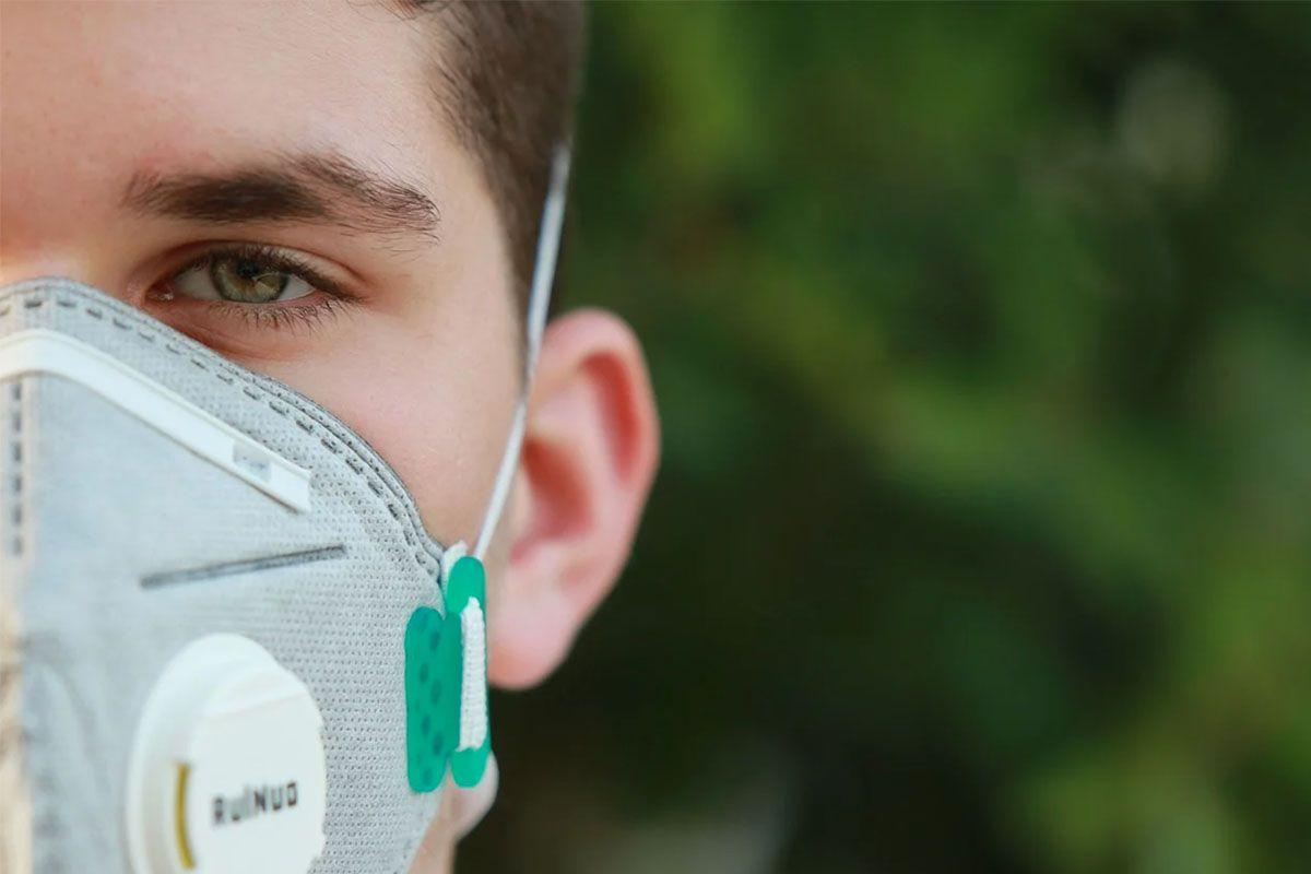 disinfettare la mascherina ragazzo con mascherina