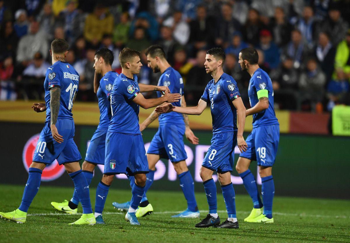 I giocatori dell'italia festeggiano dopo un gol