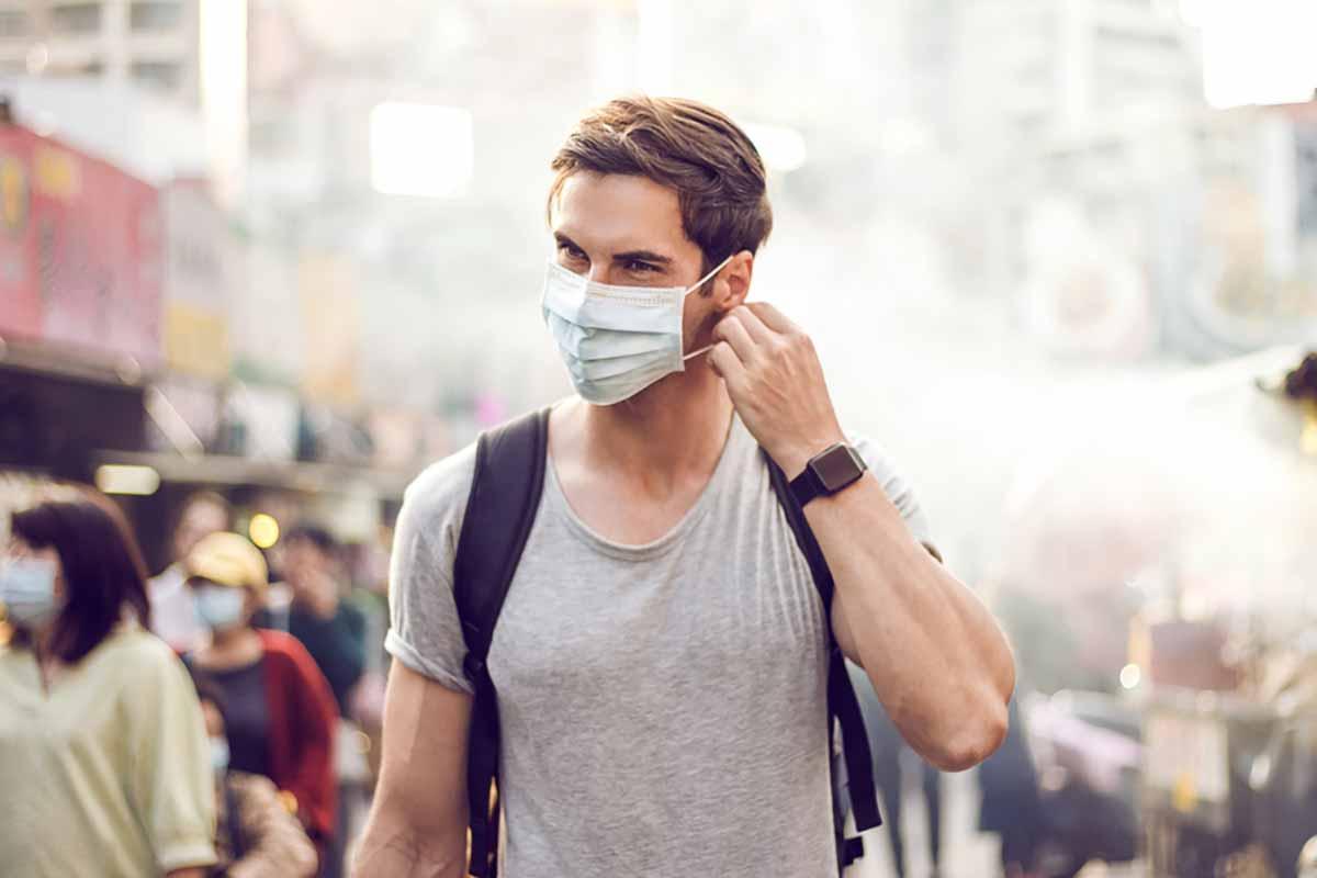 Giovane con mascherina: età contagiati coronavirus