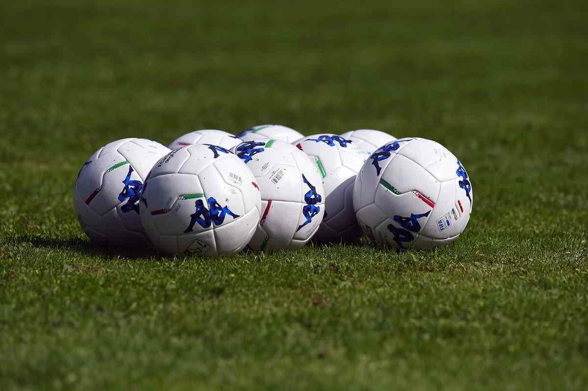 palle da calcio in campo