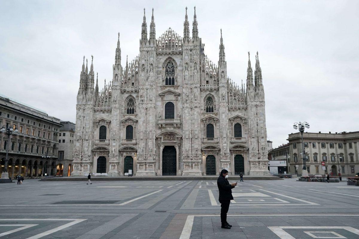Un uomo solitario con la mascherina davanti al Duomo di Milano a marzo 2020 all'inizio del lockdown